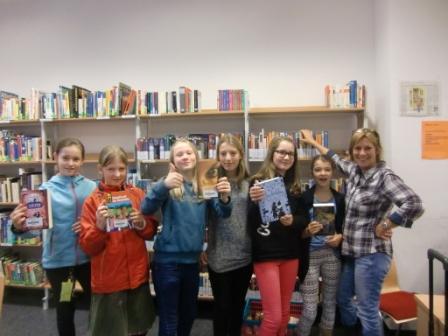 Frau Wolff mit Schülerinnen der 6b