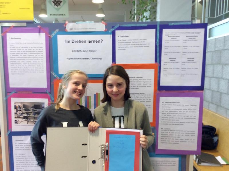 """Lilli und Liv mit ihrem Projekt """"Im Drehen lernen?""""."""
