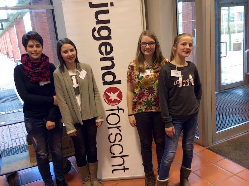 Schülerinnen des GEO beim Regionalwettbewerb Jugend forscht 2016 in Emden.